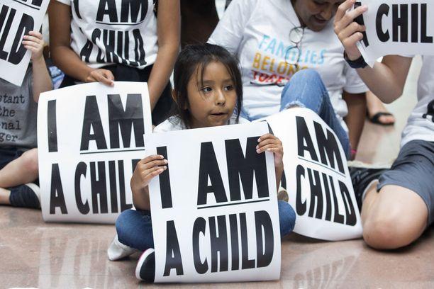 Istumamielenosoituksessa Trumpin hallintoa vaadittiin yhdistämään Meksikon rajalla toisistaan erotetut perheet.