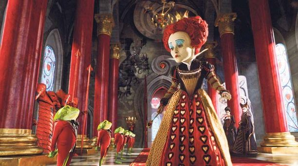 Helena Bonham Carter esittää tarinan pahista, Ihmemaata hallitsevaa Punaista kuningatarta.