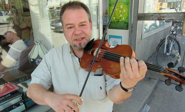 """Henrik Perelló toipui pahoinpitelystä. Kuvassa hänellä on kakkosviulunsa, joka maksaa """"vain"""" 6 000 euroa. 250 000 euron arvoista ykkösviulua soitetaan vain konserttilavoilla."""