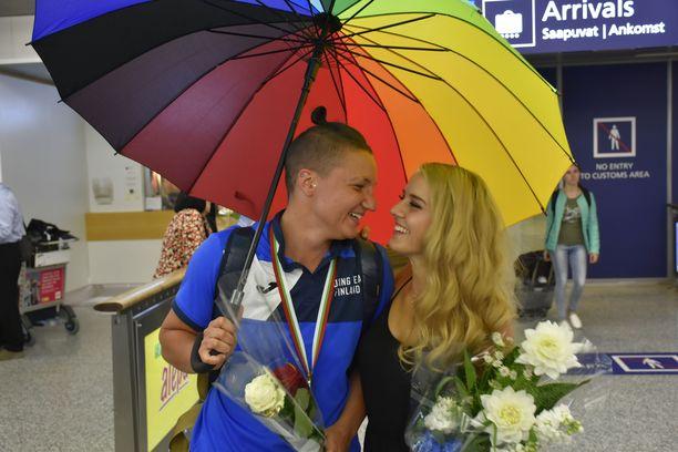 Emmi Asikainen oli Elina Gustafssonia vastassa lentokentällä EM-kultareissun jälkeen.