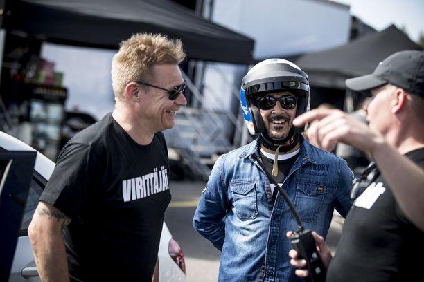 Virittäjät-sarjassa Mikan autokoulua luotsaava Salo opasti Arman Alizadia ennen radalle menoa.