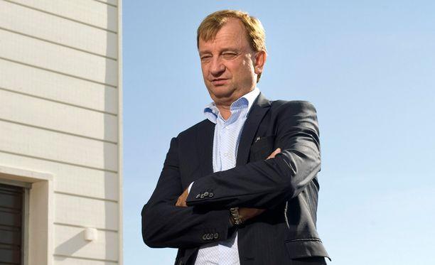 """Nykyinen kansanedustaja Harry """"Hjallis"""" Harkimo mainosti Sipoonranta-projektia paikan päällä vuonna 2011."""