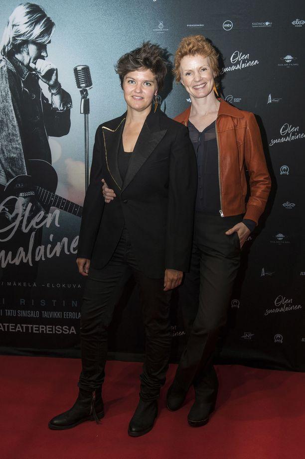 Joanna Haartti ja Minna Haapkylä punaisella matolla.