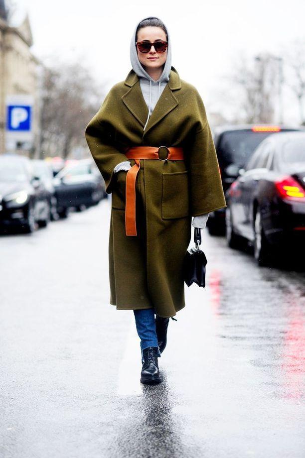 Nahkavyö ja skarpit kaulukset terästävät tämän takin.