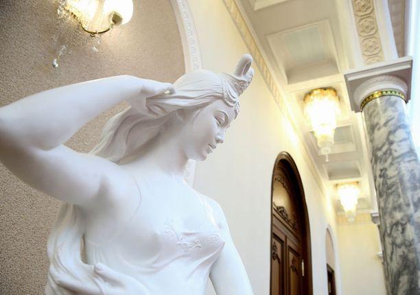 Palatsissa on myös prameita patsaita.