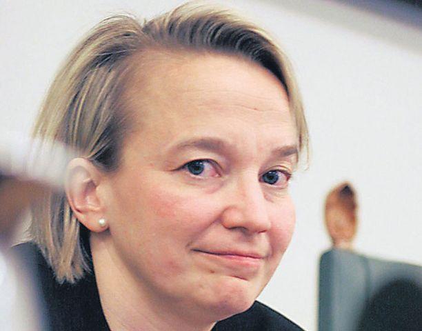 Oikeusministeri Tuija Braxin alainen onnettomuustutkintakeskus selvittää Nokian vesikriisiä. Hänen alaisuudessaan on myös Vantaan vankila, josta paettiin oudosti.