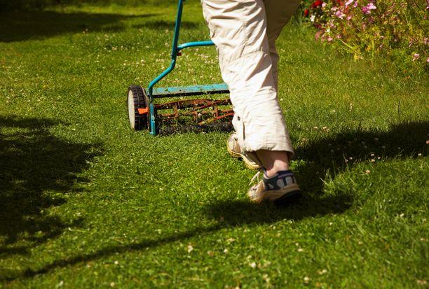 Kuusikymppinen mies vainosi teini-ikäistä poikaa Etelä-Savossa. Mies muun muassa kävi leikkaamassa luvatta nurmikon pojan kotona. Kuvituskuva.