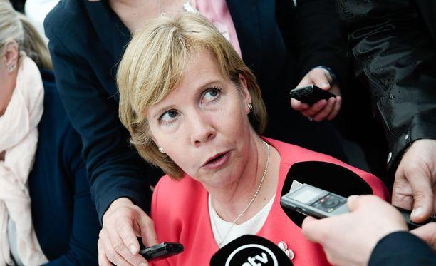 RKP:n puheenjohtaja Anna-Maja Henriksson ihmettelee johtavan sote-virkamiehen Päivi Nergin puheita maakuntien määrästä.