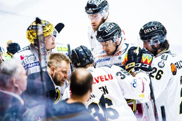 Mikko Manner yrittää saada pelaajiinsa rentoutta.