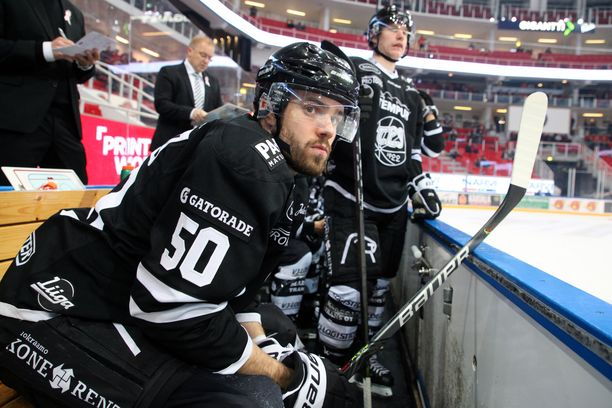 Kalle Kaskisen valmentamalla TPS:lla ei ole viime aikoina ollut aihetta hymyyn. Se on hävinnyt kauden kaikki kotiottelunsa varsinaisella peliajalla. Etualalla hyökkääjä Simon Suoranta.