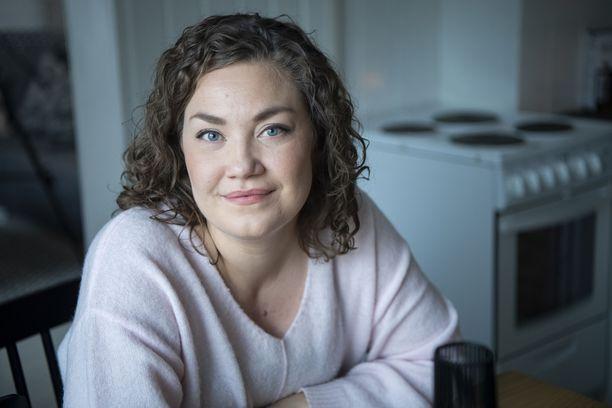 Kroonista syöpää sairastavan Emmin elämä kulkee kolmen kuukauden sykleissä. Sen välein tutkitaan, onko syöpä edennyt.
