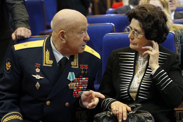 Aleksei Leonov (vas.) keskusteli Juri Gagarinin lesken Valentinan kanssa Kremlissä avaruuslennon 50-vuotispäivänä. Kuva otettu 2011.