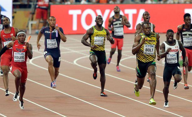 Usain Bolt sinetöi Jamaikan voiton viimeisellä osuudella. USA hylättiin viimeisen vaihdon rikkeen takia.