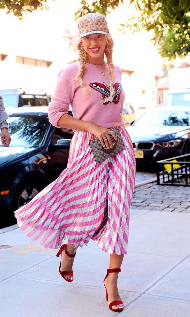 Beyoncé asusti pinkkiä asuaan Gucci-kuosilla, jota löytyy niin lippiksestä kuin clutchistakin.