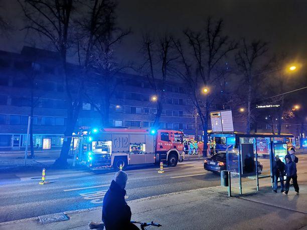 Lapsen kuolemaan johtanut onnettomuus tapahtui sunnuntai-iltana vilkkaasti liikennöidyllä Mäkelänkadulla Helsingin Vallilassa.