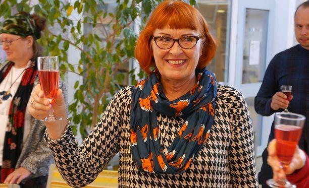 Eroottisella runollaan Gottlund-runoviikon kilpailun torstaina voittanut Tuula Maija Vigman sanoo, että yksi kumppani hyvinkin riittää ihmiselle, kun vain jaksaa tutustua toiseen ja toinen on avoin keskustelulle ja rakkaudelle.