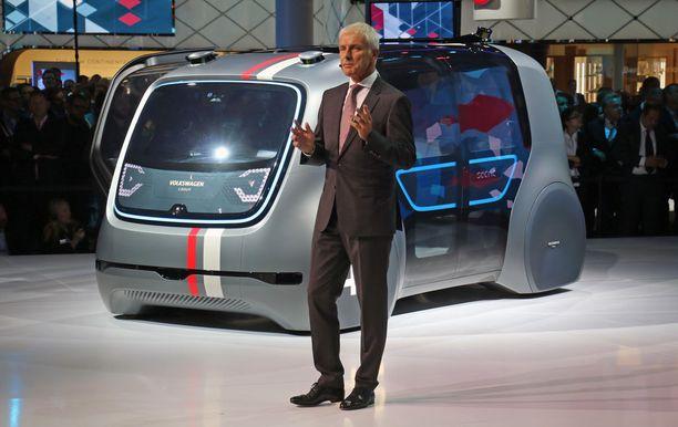 Pääjohtaja Matthias Muller saapui näyttämölle autonomisella Sedric-autolla