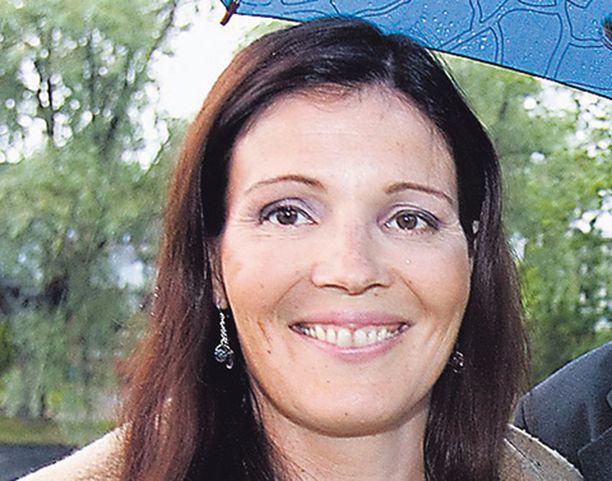 Opetusministeri Sari Sarkomaa voisi kiinnittää huomiota äidinkielen opetuksen heikentymiseen.