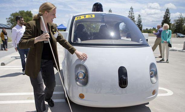 Googlen uusin itseohjautuva auto esittelyssä Kaliforniassa. Sokea Jessie Lorenz tunnustelee älyautoa.