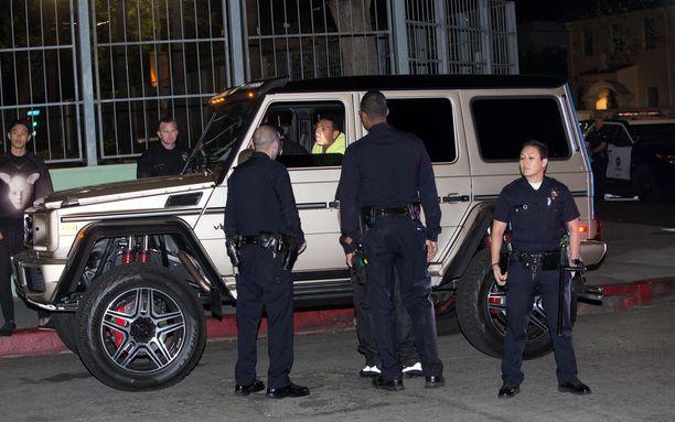 Tyga istui autossaan 45 minuuttia. Sen aikana paikalle saapui yhdeksän poliisiautoa.