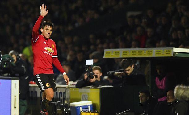 Alexis Sánchez kiittää vieraskannattajia Manchester United -debyyttinsä jälkeen.
