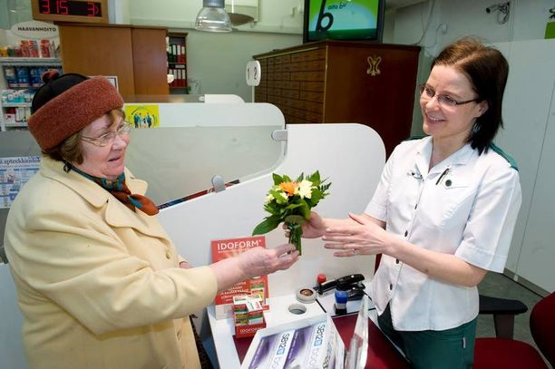 Anja Heikkilä vei farmaseutti Kirsi Virkille kiitokseksi kukkia. Farmaseutti ymmärsi, ettei kyse ollutkaan närästyksestä, vaan sydäninfarktista. Tapauksesta on neljä vuotta.