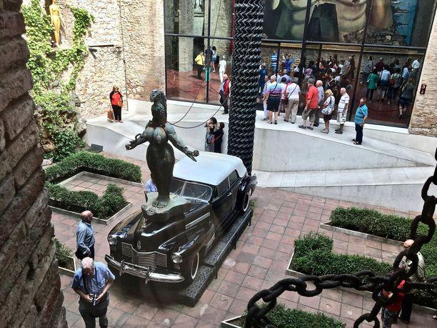 Rainy Taxi (Sateinen Taksi) -nimiseen teokseen kuuluu vuoden 1941-mallinen Cadillac Convertible Sedan.