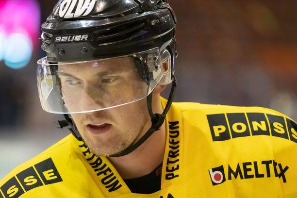 Lasse Lappalaisen peli päättyi suihkukomennukseen.