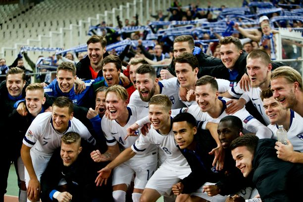 Huuhkajat juhlivat 0-1-tappiota Kreikassa.