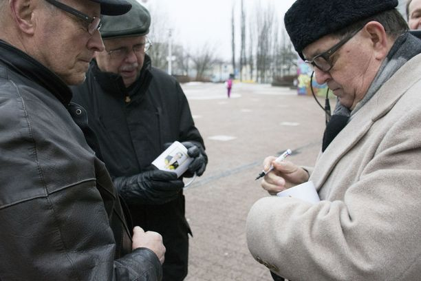 Väyrynen on kaikkein erikoisin ehdokas ja ainoa vanhan kansan poliitikko, Pentti (vas) sanoo.