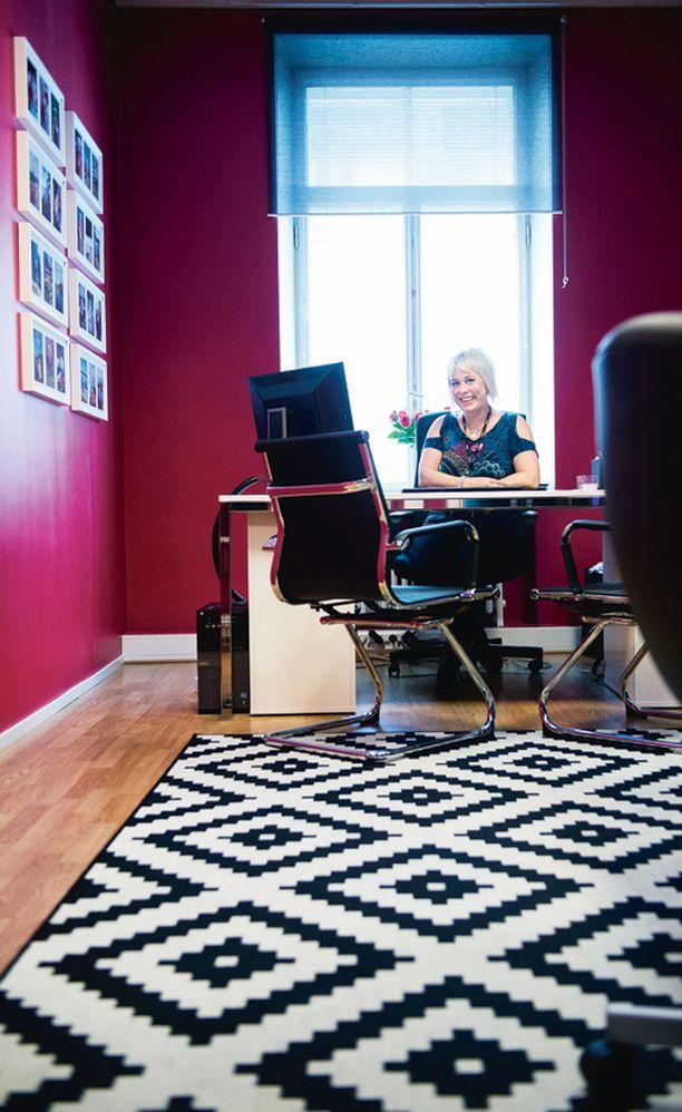 Maarit Karjalaisen mustavalkoinen matto meinasi mennä heti alussa vaihtoon, koska sen kuviot vilistivät silmissä. Seinälle asetetut valokuvat tasapainottivat kokonaisuutta. Nyt pinkin huoneen valtiatar on jo tottunut mattoonsa.