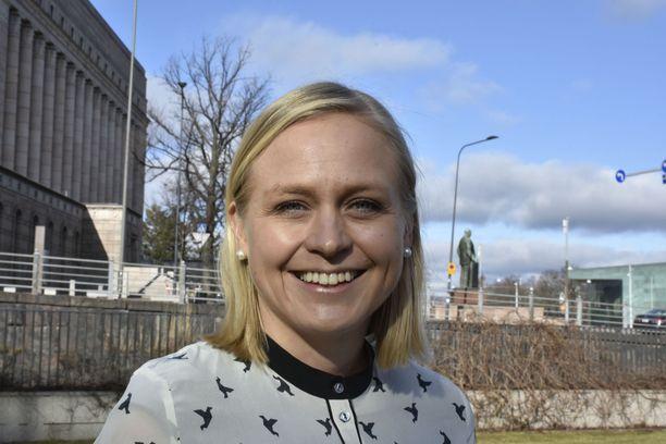 Kokoomuksen kansanedustaja Elina Lepomäki vaatii, että koronakriisissä konkurssin tekevät yrittäjät saavat halutessaan aloittaa uuden yritystoiminnan jouhevasti.