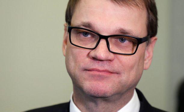 Pääministeri Juha Sipilä (kesk) kiistää Suomenmaa-lehdelle, että olisi uhannut Ylen rahoituksen leikkaamisella kriittisen ajankohtaisohjelman vuoksi.