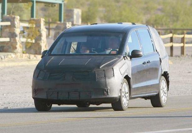 SUURI TILA-AUTO Ensi vuonna esiteltävä uusi Volkswagen Sharan tulee olemaan yksi markkinoiden tilavimmista tila-autoista.
