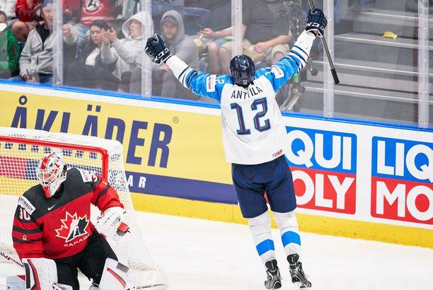 Suomi voitti maailmanmestaruuden vuonna 2019, eikä kisoja tänä vuonna pelattu. Kuvassa Marko Anttila tuulettaa 1-1-osumaa finaalissa Kanadaa vastaan.