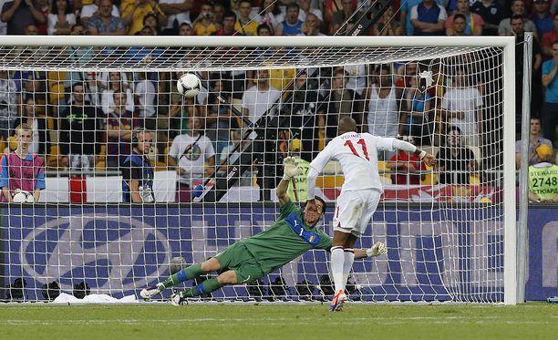 Ashley Young epäonnistui Kiovassa, kun Italia tiputti Englannin vuoden 2012 EM-kisoissa.