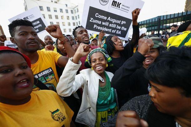 ANC-puolueen kannattajat juhlivat äänestyksen tulosta Kapkaupungissa.