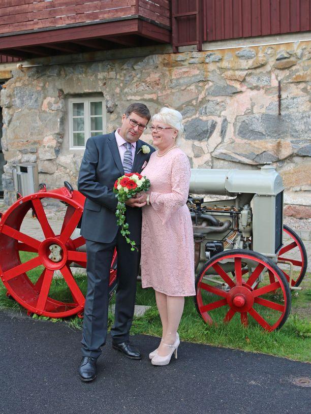 Anne ja Jan menivät naimisiin viime kesänä.