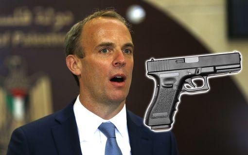 Britannian ulkoministerin henkivartija unohti ladatun pistoolin matkustajakoneeseen