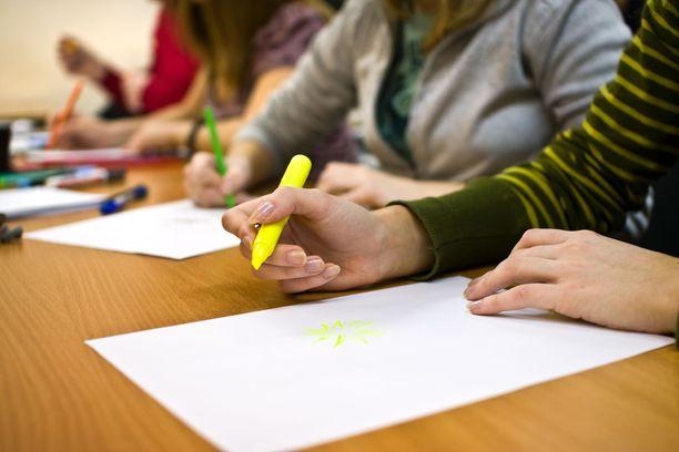 Opettajia kuormittavat esimerkiksi suuret ryhmäkoot, auktoriteetin puute ja toimimaton inkluusio. Kuvituskuva.