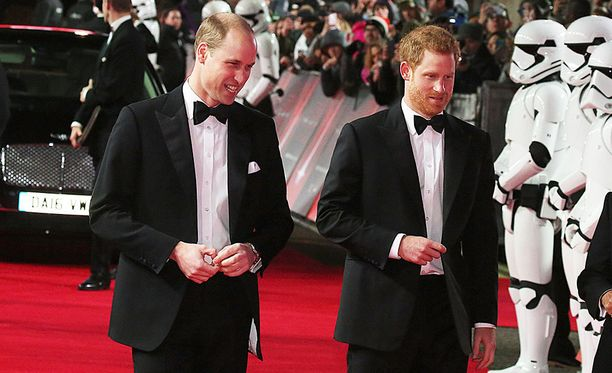 Vaikka prinssi Williamin ja prinssi Harryn roolisuoritukset eivät päässeetkään itse elokuvaan, kaksi osallistui hilpein mielin uuden Star Wars -elokuvan ensi-iltaan Lontoossa.