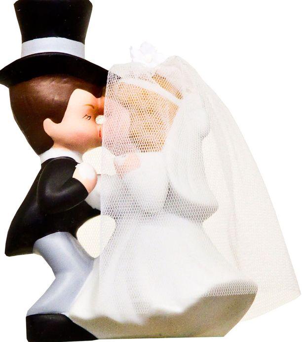 Mies uskoi parin avioituvan.