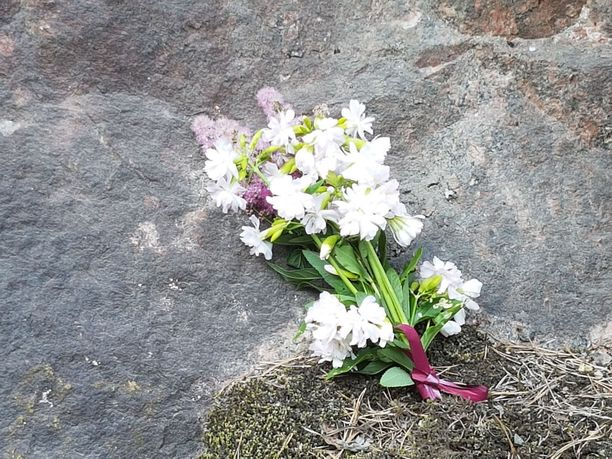 Paikalle tuotiin illalla myös kukkia uhrien muistoksi.