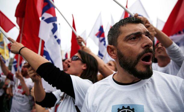 Tuhannet kreikkalaiset osoittivat sunnuntaina mieltään ortodoksisen pääsiäisen vuoksi siirretyllä vappumarssilla Ateenassa.