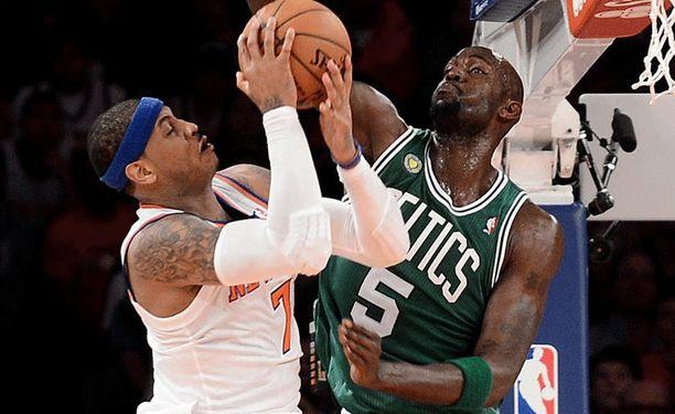 Kevin Garnett (oikealla) rikkoo Carmelo Anthonya.