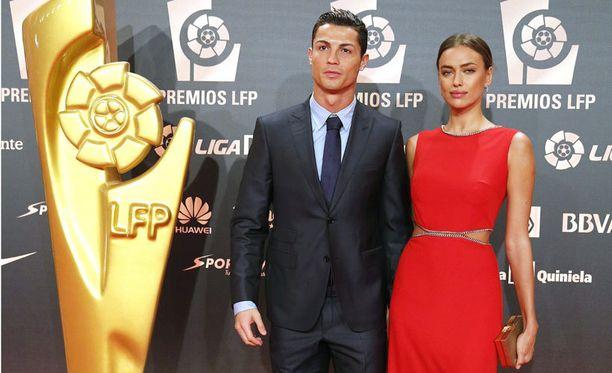 Cristiano Ronaldo saapui palkintogaalaan tyttöystävänsä Irina Shaykin kanssa.