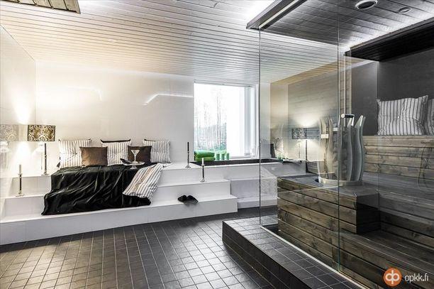 Lasiseinä yhdistää saunan ja makuuhuoneen toisiinsa oululaisessa omakotitalossa.