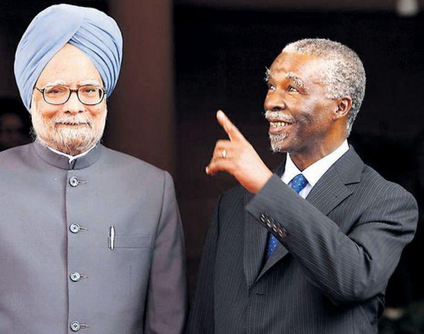 MIKÄS SE SIELLÄ PULLOTTAA? Intian pääministerin Manmohan Singhin terhakka päähine herätti suunnatonta huvittuneisuutta Etelä-Afrikan presidentissä Thabo Mbekissä kaksikon tapaamisessa Pretoriassa.