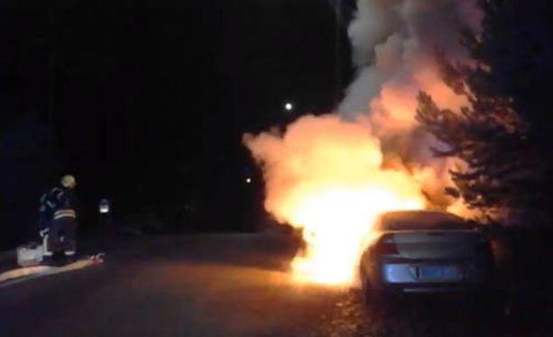 Vantaalla paloi autoja maanantain vastaisena yönä. Omistaja latasi videon Facebookiin.