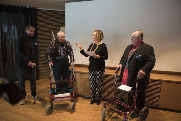Eduskunnan puhemies otti vastaan vakuutuslääkäriasiaa koskevan kansalaisaloitteen. Nico Ojala kuvan vasemmassa laidassa, keskellä Heikki Päivike ja oikealla Pertti Latvala.